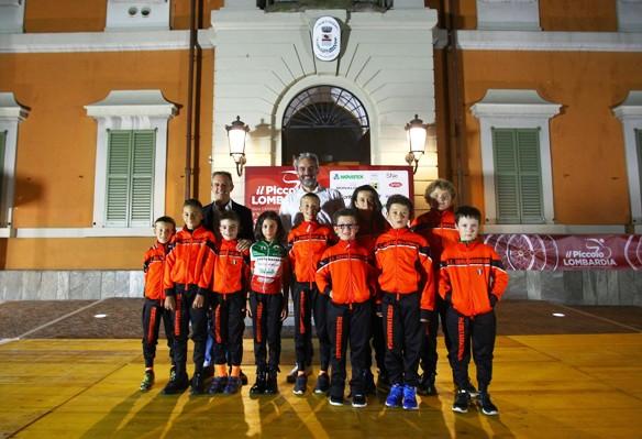 Andrea Tafi con i giovanissimi dell'UC Costamasnaga (Foto Berry)