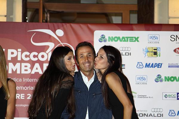 Tafi riceve i baci delle miss (Foto Kia)