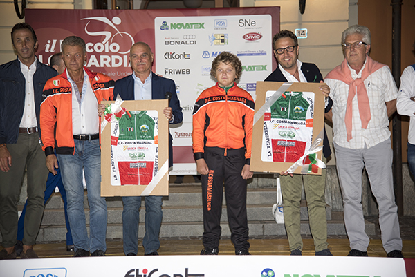 Costamasnaga offre maglie Tricolori al Sindaco e al Presidente Fumagalli (Foto Kia)