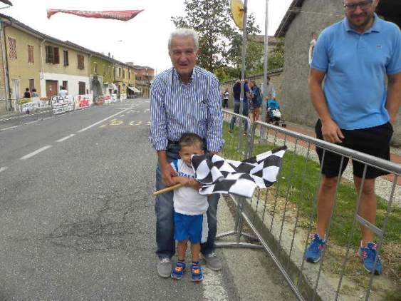 Vicesindaco di Alzano Scrivia, Cisi, col nipotino Tommaso pronto con la bandiera a scacchi (Foto Nastasi)
