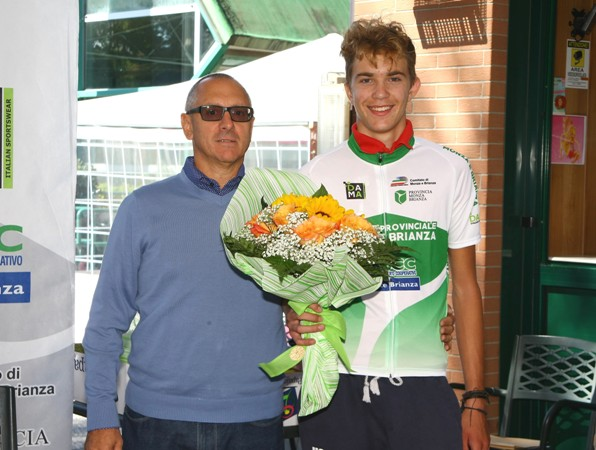 Valtorta, presidente CO-FCI di Monza&Brianza col neo campione provinciale juniores, Jacopo Casiraghi dell'US Biassono (Foto Berry)