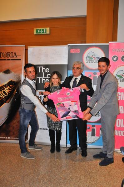 La maglia rosa del Giro d'Italia di HandBike (Foto Carlo Vaj)