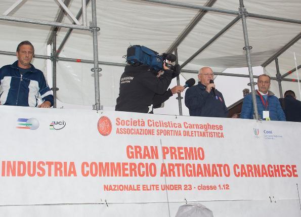 Il Presidente Adriano Zanzi annuncia l'annullamento del 46^ GP Carnaghese (Foto Pisoni)