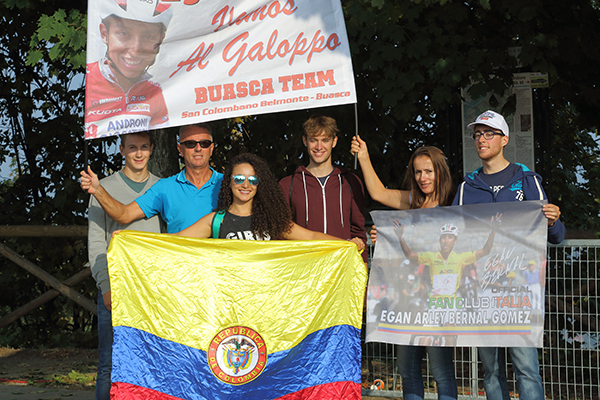 Gruppo di colombiani tifosi di Egan Bernal (Foto Kia Castelli)