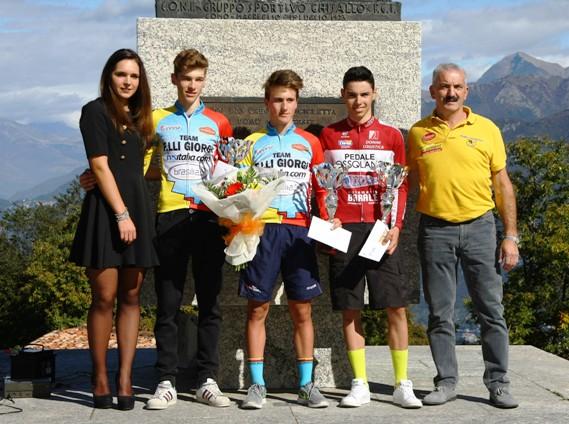 Premiazione dei primi 3 corridori classificati al Ghisallo (Foto Berry)