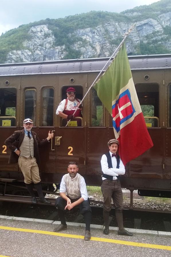 Carlo Delfino sventola il Tricolore Sabaudo dal finestrino di una tradotta Militare
