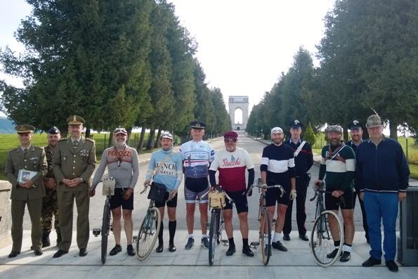 Alcuni partecipanti all'omaggio ai nostri Caduti nella Grande Guerra con, al centro, Carlo Delfino