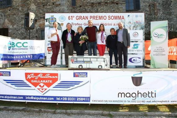 La signora Oldrini con gli Organizzatori e il Sindaco di Somma (Foto Berry)