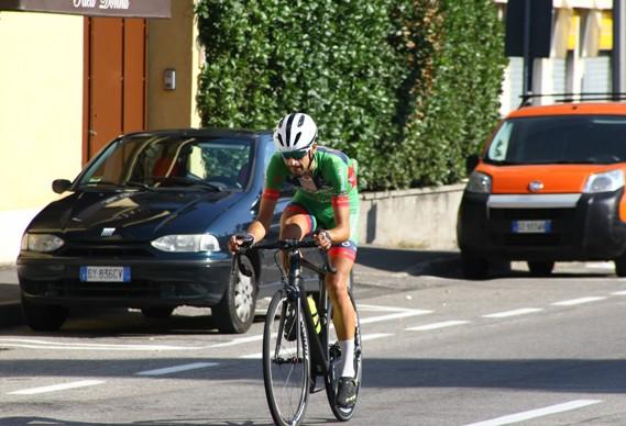 Luca Raggio a tre giri dalla fine prosegue solitario (Berry)