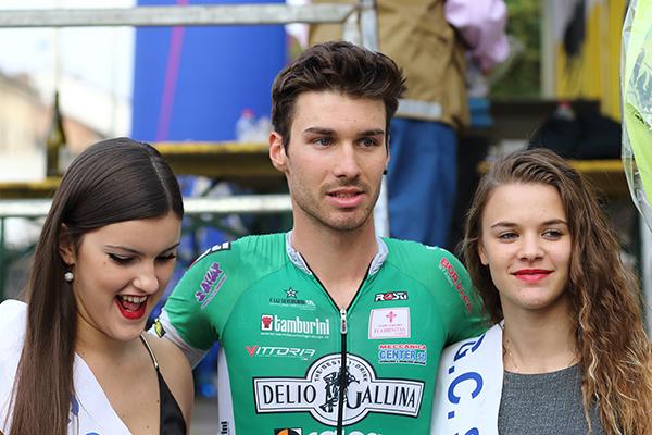 Le miss Chiara e Simona col vincitore Mario Meris (Foto Kia Castelli)