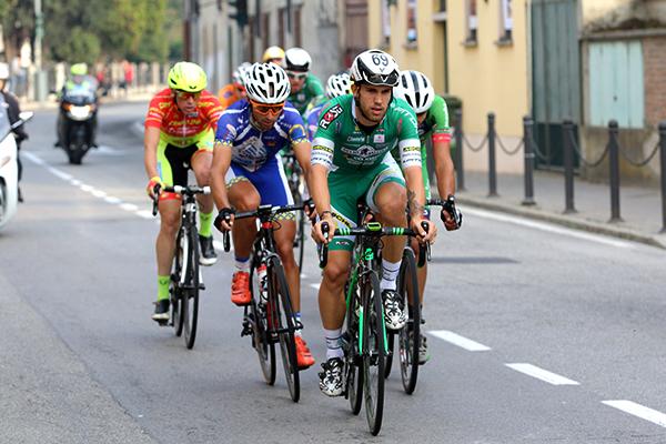 Luca Ferrario, a sinistra in maglia biancazzurra, sempre in prima fila (Foto Kia Castelli)