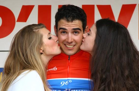 Matteo Moschetti e il bacio delle Miss (Foto Berry)