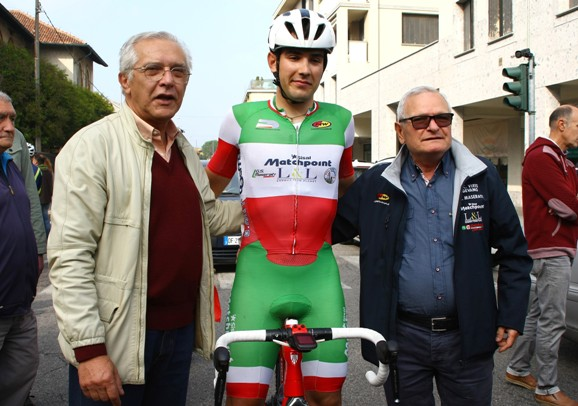 Da sx, Adriano Nova, il Tricolore U23 Matteo Moschetti e il Team Manager della Viris-Maserati-L&L, Leonardo Pirro (Foto Berry)