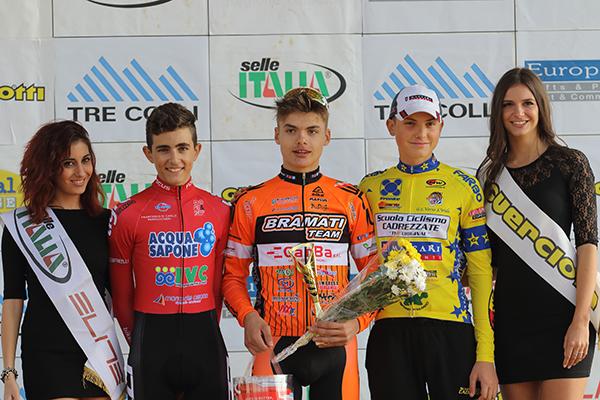 Da sinistra, Lorenzo Masciarelli, Gioele Solenne e Gabriel Fede con le miss, Podio Categoria Allievi 1° anno (Foto di Kia)