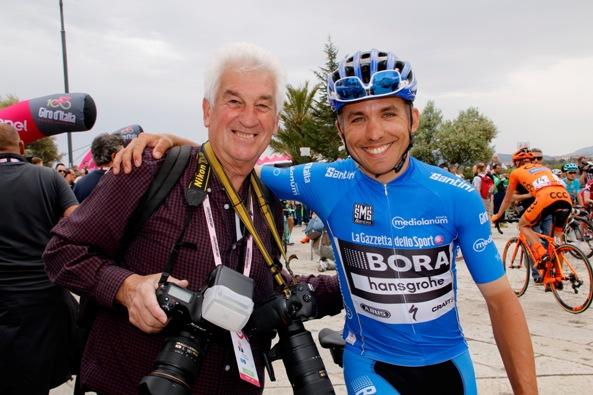 Il Decano dei Fotoreporter al Giro d'Italia, Remo Mosna e il trentino Cesare Benedetti leader provvisorio GPM (Photobicicailotto)