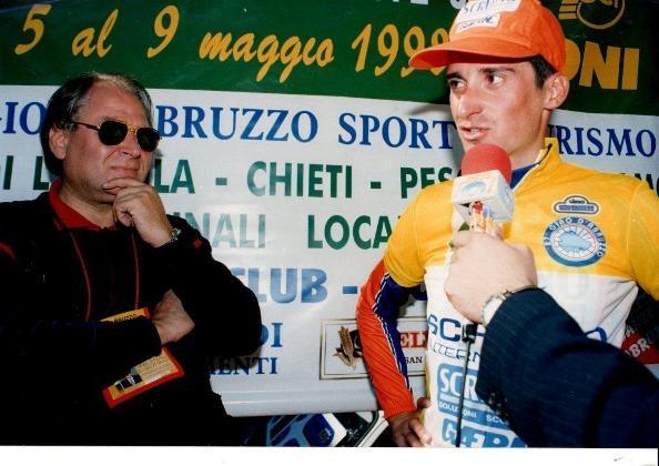 09.05.1998 - Da sinistra Piero Pieroni col suo corridore Francesco Secchiari vincitore del 27^ Giro d'Abruzzo