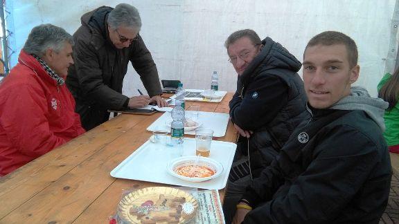Massimo Subrero a sinistra in giubbino rosso e, a destra, il suo corridore Luca Ferrario (Foto Nastasi)