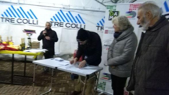 Fare premiazioni a Pasturana con lo speaker Angelo Torti a sx e il Presidente CP-FCI Alessandria Boris Botta a destra (Foto Nastasi)