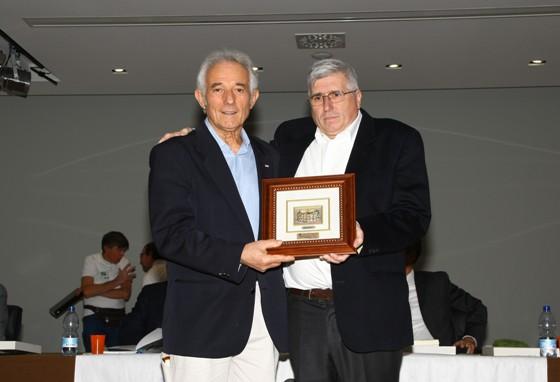 Eugenio Casana riceve da l Vicepresidente Fabrizio Ghisotti la Corona Ferrea (Foto Berry)