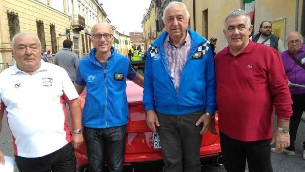 Secondo da sx, Simone Pezzini e 4° a dx con la camicia rossa, Fausto Armanini (Foto Nastasi)