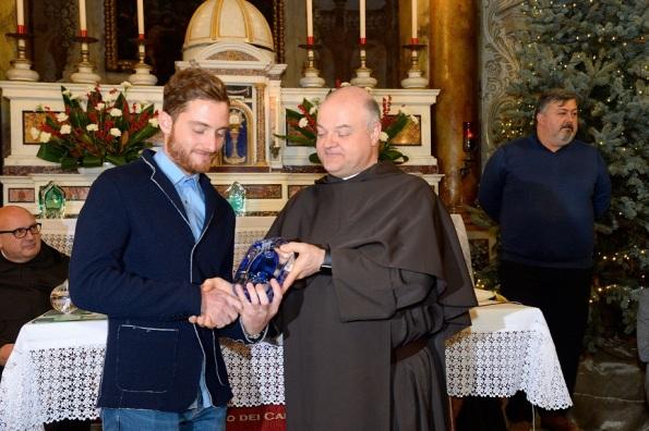 Padre Raffaele Duranti consegna a Simone Consonni il Premio Coraggio e Avanti 2018 (Foto Luca Venturi)