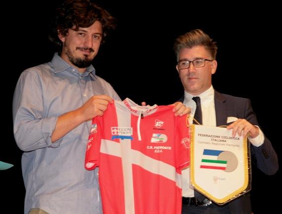 Il Presidente FCI Regionale, Giovanni Vietri, offre all'Assessore Allasia la Maglia Regionale ed il Gagliardetto (Foto Cesare Galeazzi)
