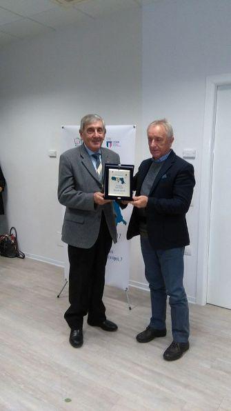 Il Presidente CR-FCI Emilia-Romagna Giorgio Dattaro, consegna al Padre del CT Salvoldi il Premio Fair Play - (Foto Nastasi)