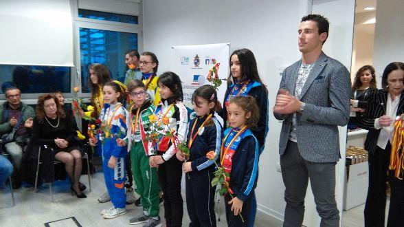 Adriano Malori premia alcuni Giovanissimi dell'Emilia-Romagna (Foto Nastasi)