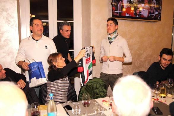 Estrazione del biglietto vincente la maglietta da ciclista (Foto Castelli)