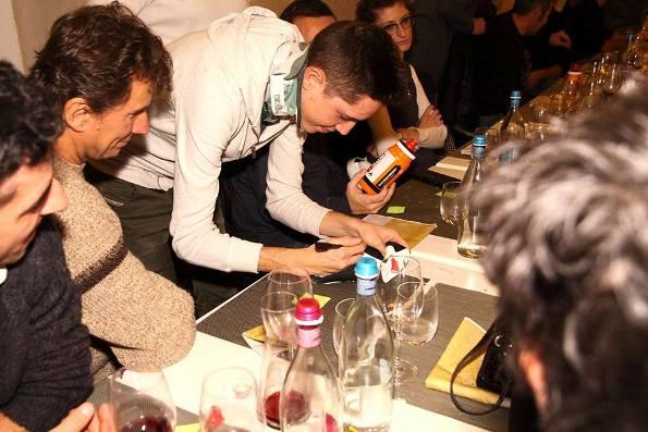 Petilli firma gadgets per i tifosi (Foto Castelli)