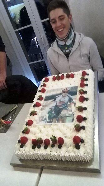 Simone Petilli con la torta della festa (Foto Castelli)