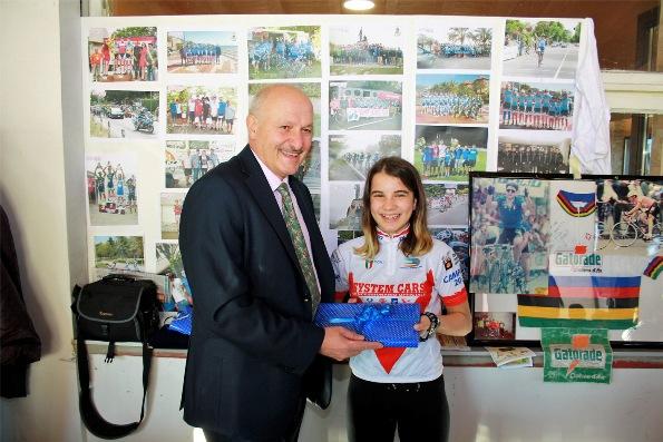 Presidente Enrico Sangalli premia la sua campionessa provinciale categoria Giovanissimi
