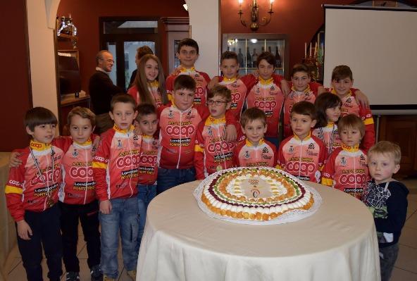 I giovani corridori della Coop Lavena Ponte Tresa al taglio della torta