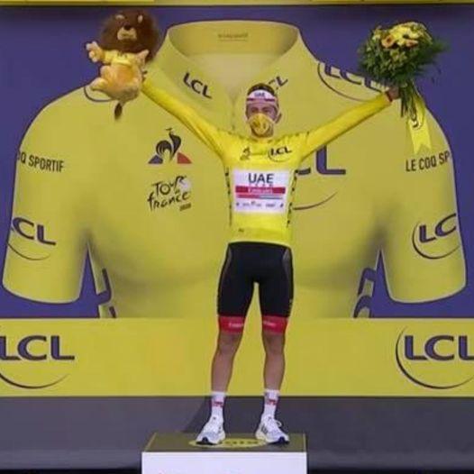 """20.09.2020 – Parigi (Tour de France) – Tadej Pogacar a meno di 22 anni è il più giovane vincitore del Tour dal 1904 e, a questo record aggiunge anche quello delle tre maglie tutte sue, la Bianca, quella a Pois e le """"Maillot Jaune"""""""