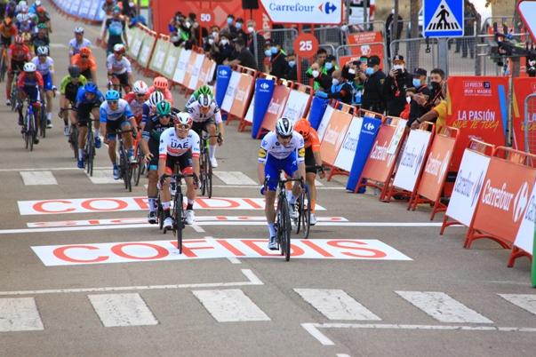 """23.10.2020 – Ejea de los Caballeros (La Vuelta 20) – 4° tappa a Sam Bennet su Jesper Philipsen; Primoz Roglic sempre in maglia """"Rossa""""- Fotoservizio di Jean Claude Faucher"""